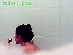 В ванной скрытая камера снимает ежедневно на видео красивую брюнетку с аппетитной фигурой