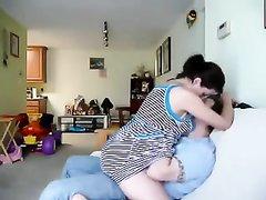 В домашнем порно представлено первое свидание пары с оральными ласками в виде куни