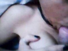 В любительском порно немка дочит член большими сиськами и сосёт его до окончания на лицо