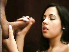 Молодая итальянка в любительском порно сосёт длинный член в твёрдом состоянии