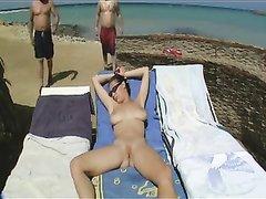 Горячее видео с длинноногой красоткой и двумя мужиками мастурбирующими её киску