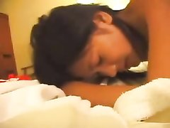 Красивая азиатка в домашнем порно долбится в бритую киску с будущим супругом