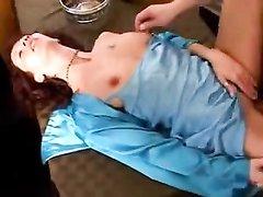 Зрелая интеллигентка в домашнем порно сосёт член и задрав платье трахается в киску