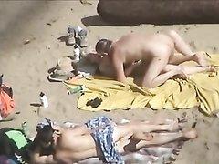 Любительское видео интима нескольких пар с нудистского пляжа оборудованного камерами