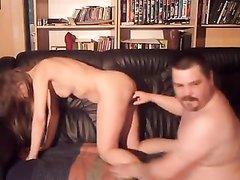 Зрелый толстяк и молодая любовница с худой фигурой в любительском порно балдеют на диване