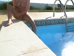Туристка в бассейне отеля плескается голой, а муж снимает любительское видео