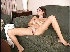 Любительское видео с мастурбацией от худой и длинноногой модели на диване