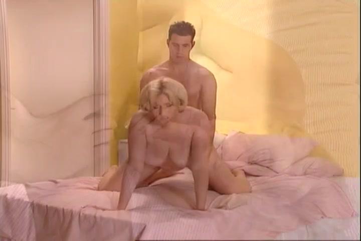 Полная блондинка с красной дырочкой обожает любительский секс с молодым поклонником