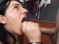 Испанка после секс игрушки в киске и куни решила сделать любительский минет