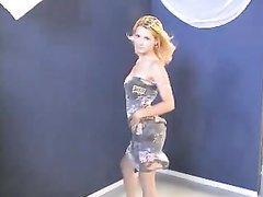 Блондинка в соло сцене разделась, чтобы в любительском видео показать прелесть своей фигуры