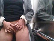 Зрелая леди с жирком на талии сняла нижнюю одежду и дрочит клитор для видео