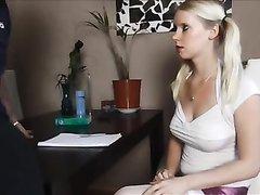 Домашнее видео с немецкой блондинкой мастурбирующей член до проникновения