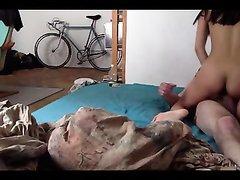 Спортивная азиатка с маленькими сиськами в домашнем сексе с белым поклонником