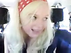 Фигурная блондинка в любительском порно показывает интимные дырки в салоне авто