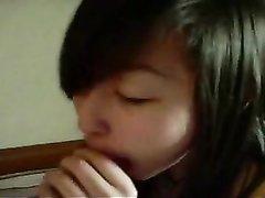 Молодая азиатка в любительском видео сосёт член до проникновения в сочную щель