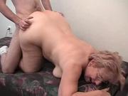 Зрелая толстуха с обвисшими жировыми складками нашла для домашнего секса молодого немца