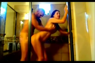 Брюнетка стонет от интенсивного секса в ванной, у неё давно не было такого партнёра