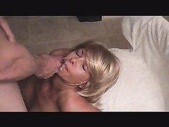 Блондинка из Парижа в домашнем видео глотает сперму мастурбирующего поклонника