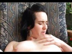 Не красивая брюнетка в домашнем видео дрочит волосатую киску с раздвинутыми ногами