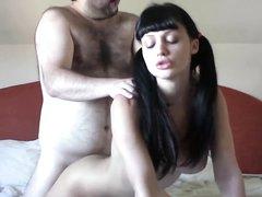 Красивая и молодая брюнетка в домашнем порно с толстым и зрелым интеллигентом