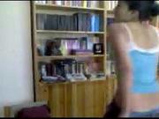 В любительском азиатском видео студентка показывает сиськи и прочие прелести