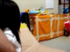 Азиатская брюнетка для видео делает домашний минет и после интима получает буккакэ