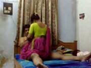 Зрелая индийская пара впервые снимает домашнее порно со своим участием