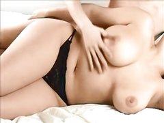Фигуристая толстуха готова к домашнему сексу с женатым соседом у себя в постели