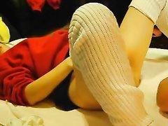 Проститутка с волосатой киской в видео пытается кончить от домашнего фистинга