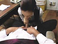 Преданная секретарша готова стать боссу шлюхой для любительского секса в кабинете