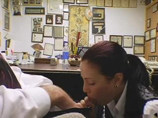 Секретарша дрочила у босса в кабинете