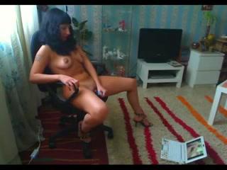 Французская брюнетка увлечена виртуальным сексом и дрочит клитор на вебкамеру ноутбука