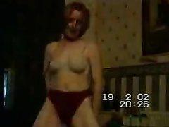В ретро порно зрелая британка Показывает своё не совсем красивое тело с маленькими сиськами