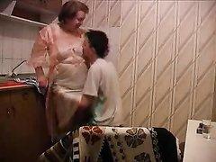 Зрелая толстуха на кухне готова к любительскому сексу с молодым гостем