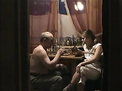 Нежная русская любовница пришла к зрелому соседу для секса в его узкой постели