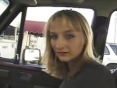 Блондинка делает бесплатно водителю домашний минет и полирует язычком член до блеска