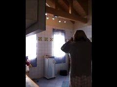 В любительском видео зрелая немка с обвисшими сиськами расхаживает голой