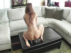 Красотка с большими сиськами для домашней мастурбации использует чёрную секс игрушку