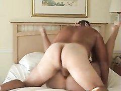 Зрелой английской толстухе нравится домашний секс с женатым соседом у него в постели