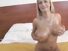 Блондинка с большими и красивыми сиськами в любительском порно кайфует с парнем