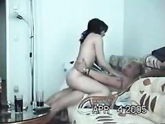 Зрелому аристократу нравится любительский секс с милой проституткой