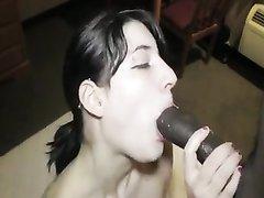 Домашнее межрассовое порно с молодой итальянкой, делающей минет здоровому негру