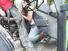 Любительское порно тракториста и фигуристой проститутки прямо на улице