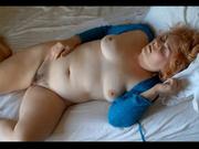 Жирная дама в домашнем видео отчаянно мастурбирует киску в белоснежной постели
