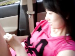 Азиатка в любительском видео показывает волосатую киску с большими губами