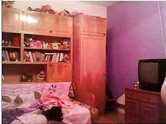 Чешская студентка в любительском видео показывает сиськи на вебкамеру и трогает киску