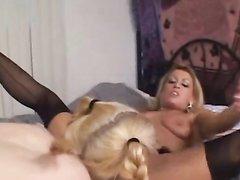 Зрелая и молодая блондинки лесбиянки для оргазма используют розовую секс игрушку