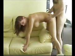 Любительское видео с грудастой моделью, она делает глубокую глотку и прыгает на члене