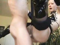 Немецкая пара предалась анальному сексу и фрау в чулках и сапогах стонет от члена в попе