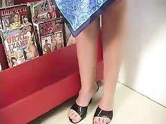 Зрелая британка в очках в межрассовом порно сделала любительский минет негру через стену